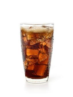 Verre de boisson fraîche au cola avec des gouttelettes d'eau isolées sur fond blanc.