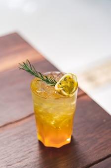 Un verre de boisson fraîche glacée cocktail de fruits de la passion.