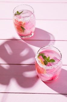 Verre avec boisson fraise froide sur table