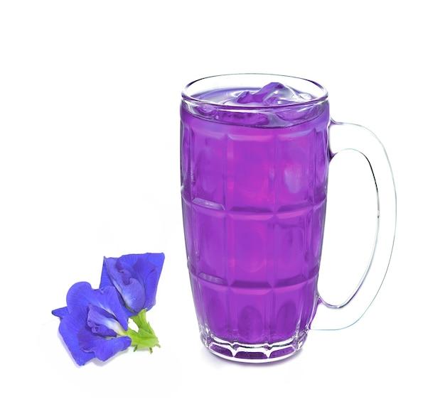 Verre de boisson de jus de fleur de pois papillon sur blanc
