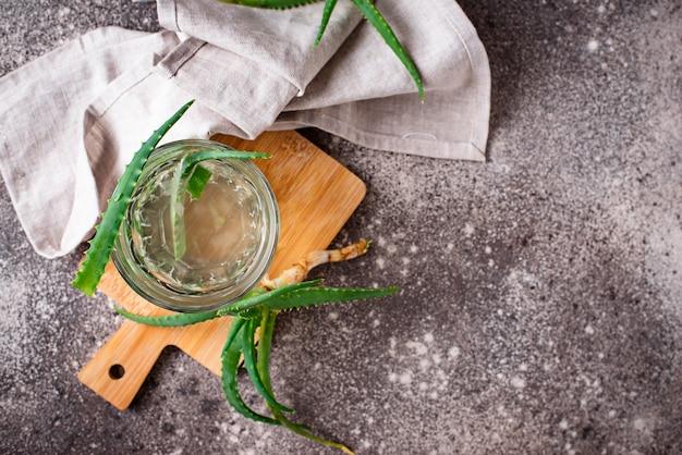 Verre de boisson saine à l'aloe vera