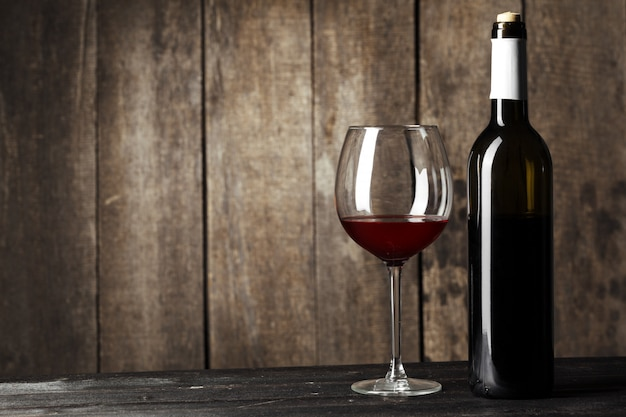 Verre, bouteille, délicieux, vin rouge, table, contre, mur bois