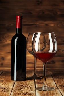 Verre et bouteille de délicieux vin rouge sur table