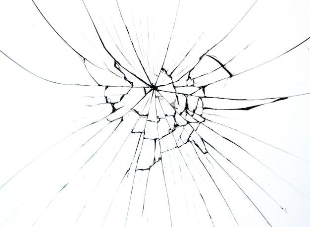 Verre brisé sur fenêtre fissurée isolée sur blanc.