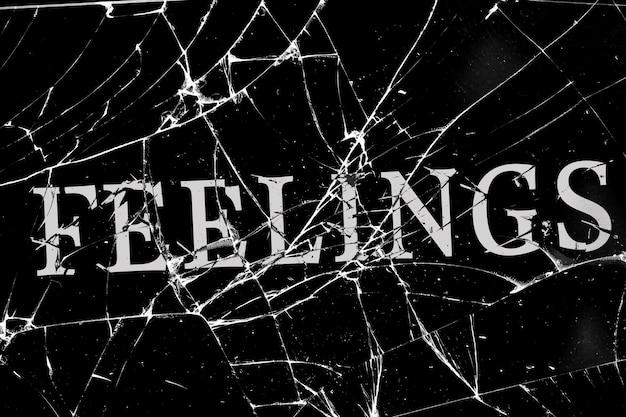 Verre brisé sombre avec des fissures avec des sentiments d'inscription
