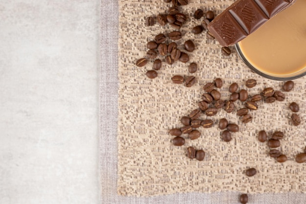 Verre de café au chocolat et grains de café sur toile de jute.