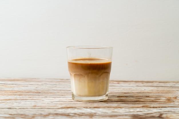 Verre de café au lait, café au lait sur fond de bois