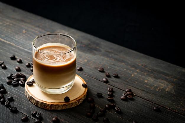 Verre de café au lait, café au lait sur table en bois
