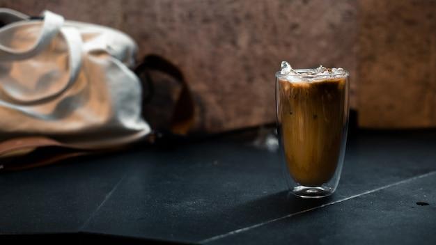 Verre de café au lait sur la table