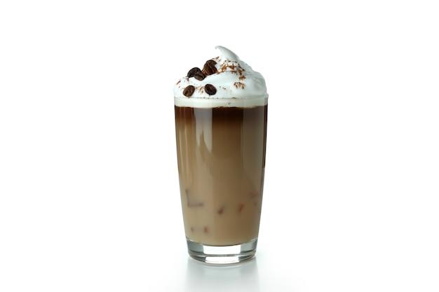 Verre de café glacé avec mousse isolated on white