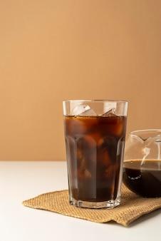 Verre avec café glacé sur table