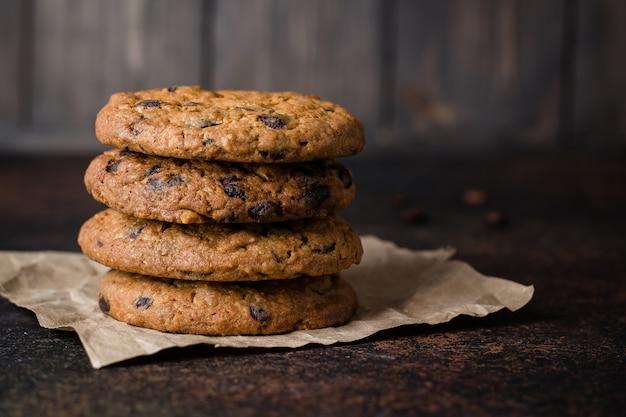 Verre à café et lait avec biscuit aux pépites de chocolat