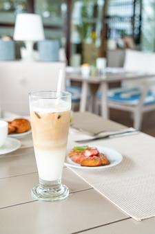 Verre à café latte sur table au café restaurant