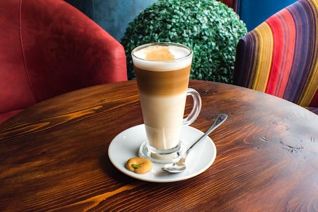 Verre de café macchiato au caramel chaud