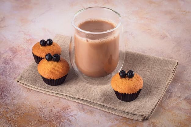 Verre de café et muffins aux baies noires