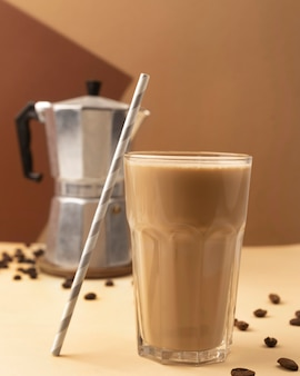 Verre avec café et paille à côté