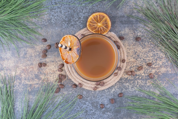 Verre de café avec de la paille et des tranches d'orange. photo de haute qualité