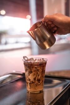 Verre de café en plastique sur la table