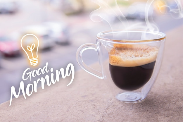 Verre de café ristretto aromatique avec de la fumée.