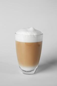 Verre de café savoureux frappé sur la lumière