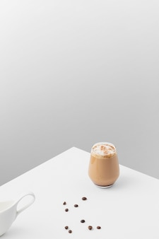 Verre de café sur table