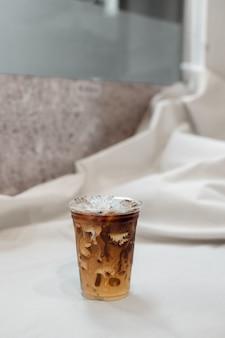 Verre de café sur la table