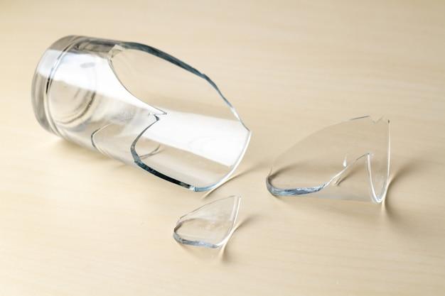 Verre cassé et éclats de verre se bouchent