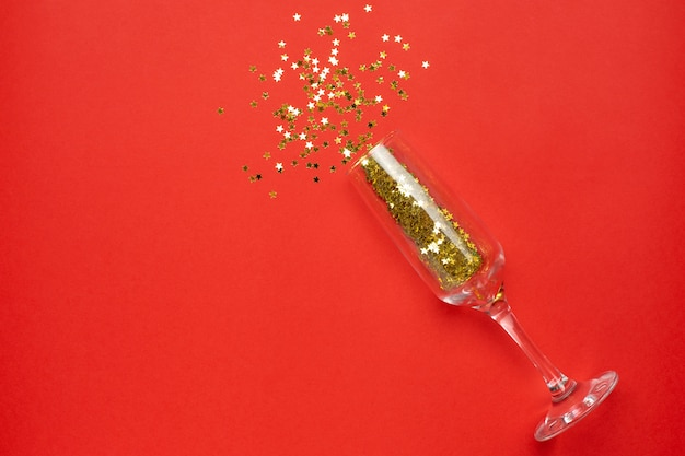 Verre de champagne avec des confettis d'étoiles d'or