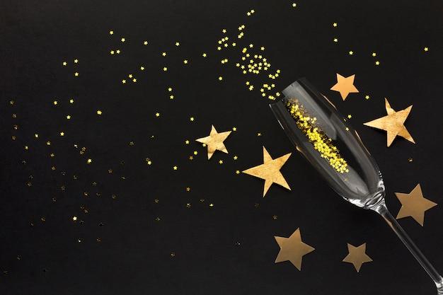 Verre à champagne avec des confettis