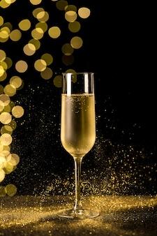 Verre à champagne avec lumières bokeh