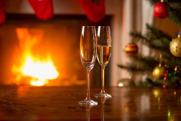 Verre à Champagne Sur Table Devant Une Cheminée En Feu Photo Premium