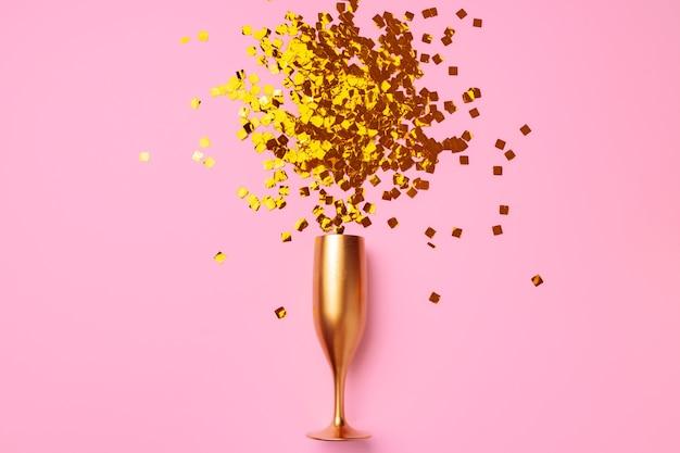 Verre à champagne avec vue de dessus plat confetti