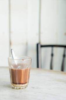 Verre de chocolat chaud sur table