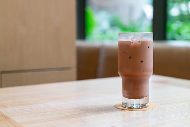 Verre de chocolat noir glacé dans un café café et restaurant