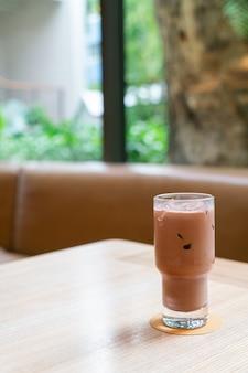 Verre de chocolat noir glacé dans un café et un restaurant