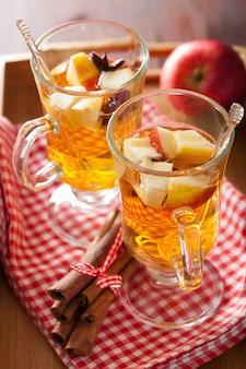 Verre de cidre chaud à l'orange et aux épices, boisson d'hiver