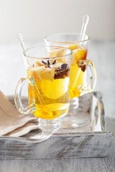 Verre de cidre de pomme chaud à l'orange et aux épices, boisson d'hiver