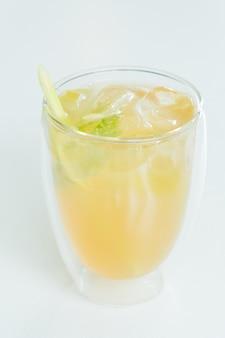 Verre de citron glacé