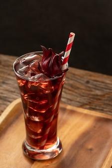 Verre clair roselle avec fruits roselle frais sur la recette de l'asie en bois table