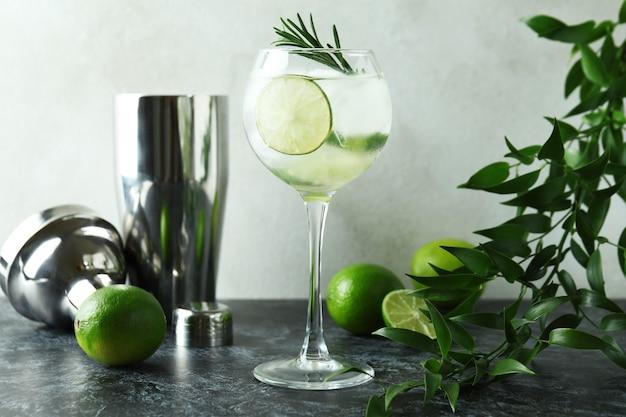 Verre de cocktail au citron vert sur table smokey noir