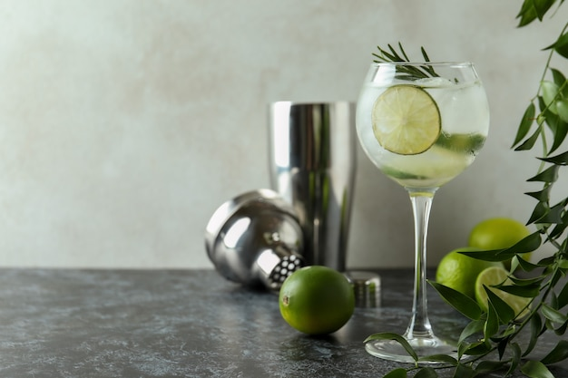 Verre de cocktail au citron vert sur table smokey noir