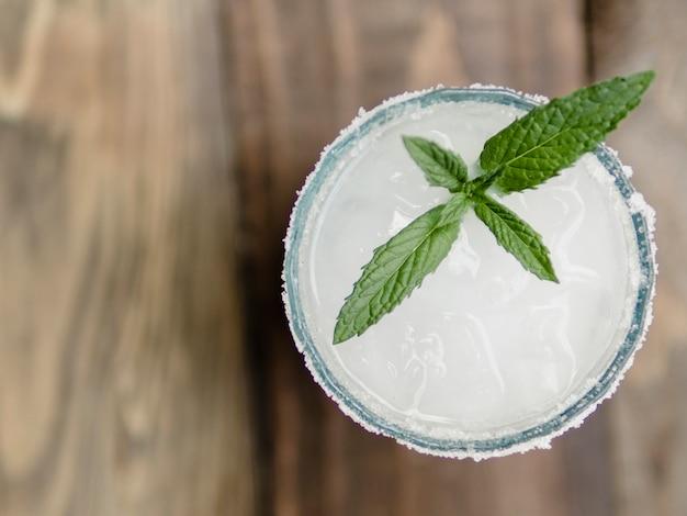Verre de cocktail blanc à la menthe