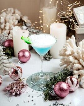Un verre de cocktail bleu