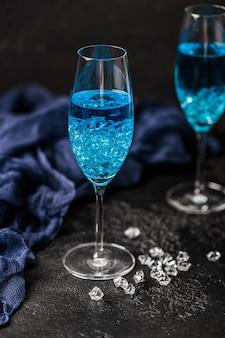 Verre à cocktail avec le blue hawaii. cocktail alcoolisé hawaïen bleu