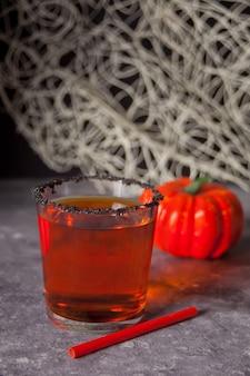 Verre avec cocktail de citrouille d'automne