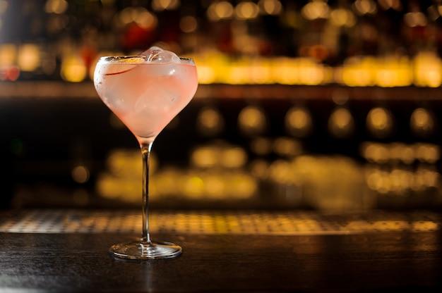 Verre à cocktail avec un cocktail sucré frais élégant et savoureux