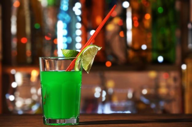 Verre de cocktail sur le comptoir du bar