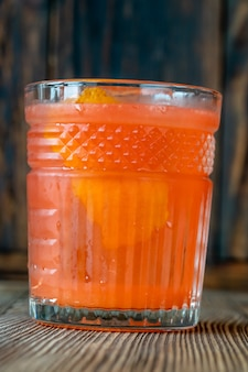 Un verre de cocktail à la fleur d'oranger