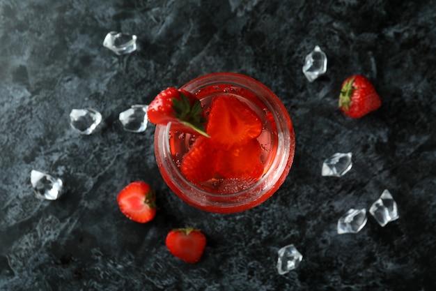 Verre de cocktail de fraises fraîches sur table smokey noire