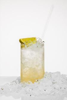 Verre de cocktail avec de la glace et du citron isolé sur une surface blanche